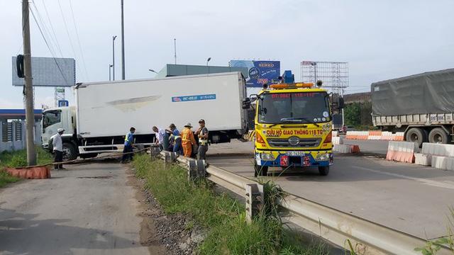 Xe tải va vào trạm thu phí cao tốc TPHCM-Trung Lương, nhiều công nhân thoát chết - Ảnh 3.