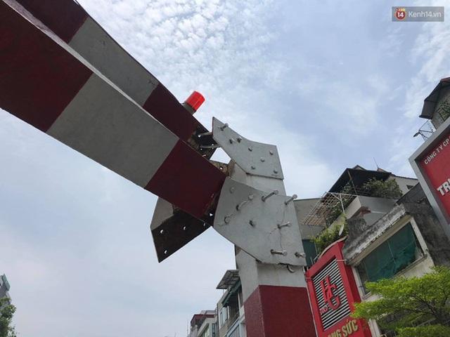 Hà Nội: Xe tải đâm gẫy cột giới hạn chiều cao cầu vượt Tây Sơn, giao thông giữa trưa nắng ùn tắc - Ảnh 4.