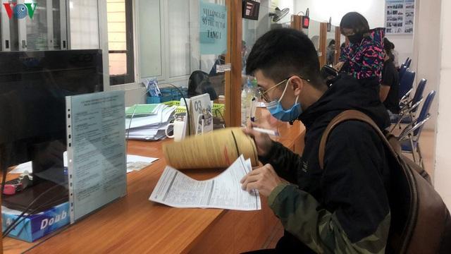 Hà Nội: Quá tải người làm thủ tục hưởng trợ cấp thất nghiệp - Ảnh 1.