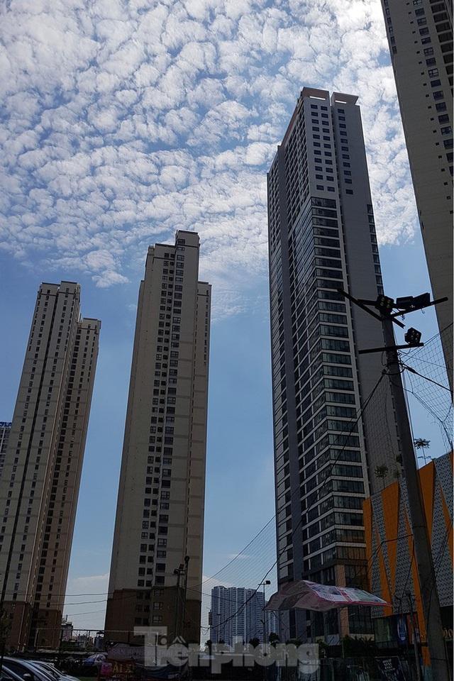 Ngộp thở những khối bê tông khổng lồ vươn trên bầu trời ngày nắng nóng - Ảnh 4.