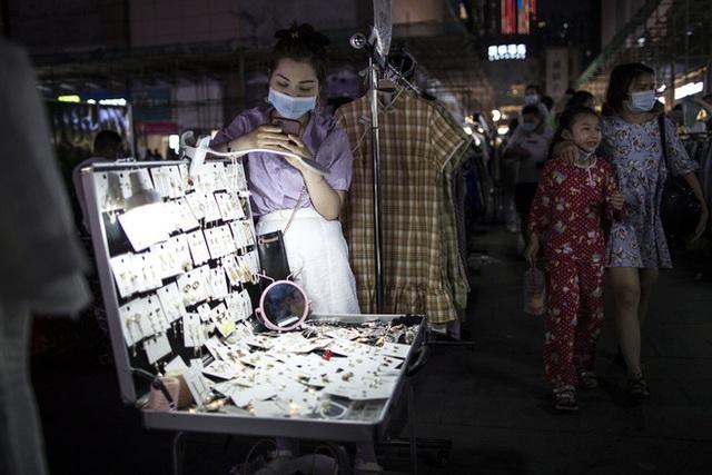 Thủ tướng Lý Khắc Cường đề xuất làm kinh tế vỉa hè: Vậy Trung Quốc rốt cuộc giàu hay nghèo? - Ảnh 1.