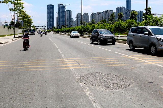 Đường lớn ở Khu Đô thị mới Thủ Thiêm lún nứt, đọng đất cát  - Ảnh 1.