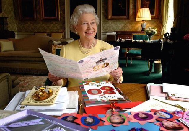 Thực đơn ăn kiêng và bí quyết giữ sức khỏe giá bình dân giúp Nữ hoàng Elizabeth II ở tuổi 94 vẫn trẻ trung, khỏe mạnh - Ảnh 3.