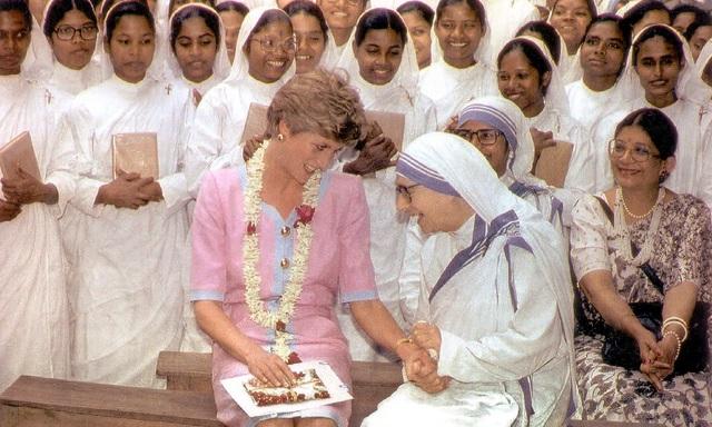 Điều ít biết về hai món đồ Công nương Diana nắm chặt trong tay sau khi trút hơi thở cuối cùng khiến nhiều người xúc động - Ảnh 5.