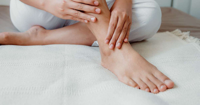 Móng chân chuyển màu đen có thể là nốt ruồi lành tính nhưng nhiều khi cũng là dấu hiệu của các bệnh, bao gồm cả ung thư - Ảnh 2.