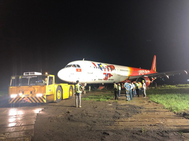 Đã kéo máy bay bị trượt khỏi đường băng Tân Sơn Nhất về sân đỗ  - Ảnh 2.