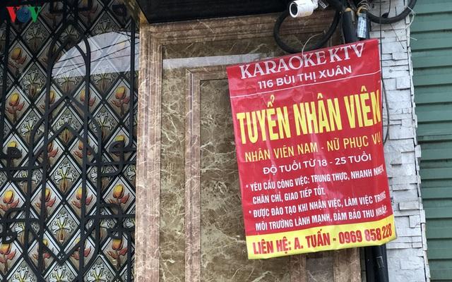 Dịch vụ karaoke mở cửa trở lại, cuối tuần vẫn ế ẩm - Ảnh 2.