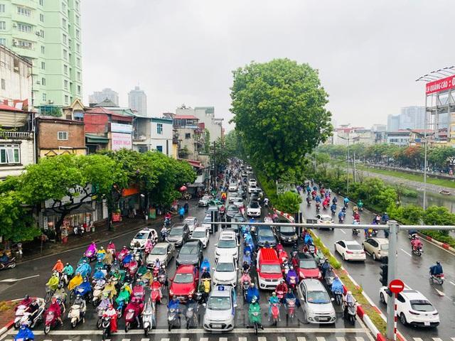 Đầu tuần dân công sở Hà Nội khổ sở vượt mưa gió, ùn tắc kéo dài - Ảnh 1.
