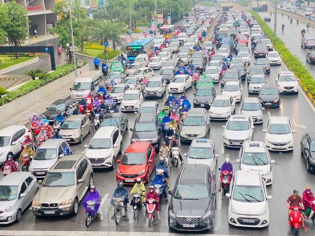 Đầu tuần dân công sở Hà Nội khổ sở vượt mưa gió, ùn tắc kéo dài - Ảnh 2.