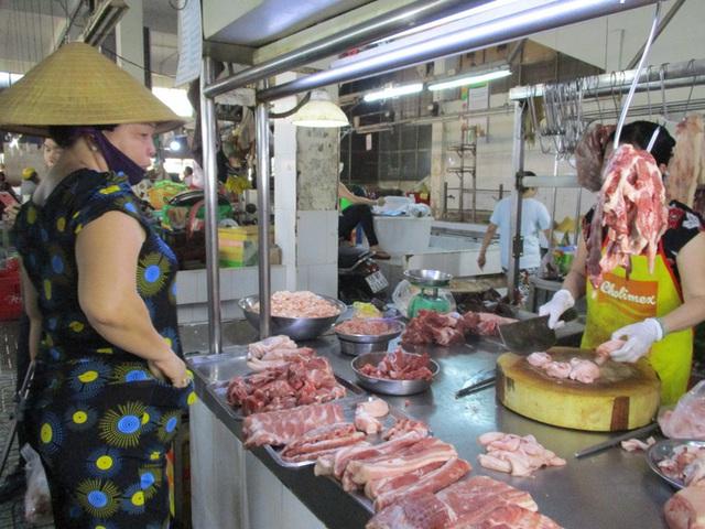 Heo thịt Thái Lan chưa biết ngày về, giá heo trong nước lại giảm tiếp - Ảnh 1.