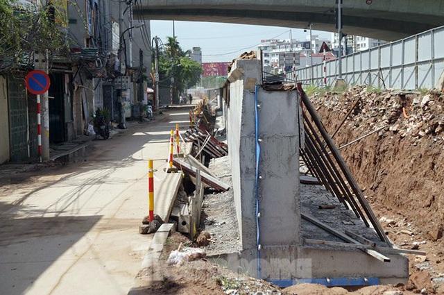 Bẫy chông sắt trên đường đê An Dương Vương - Hà Nội - Ảnh 1.