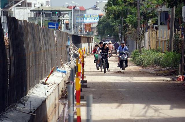 Bẫy chông sắt trên đường đê An Dương Vương - Hà Nội - Ảnh 2.