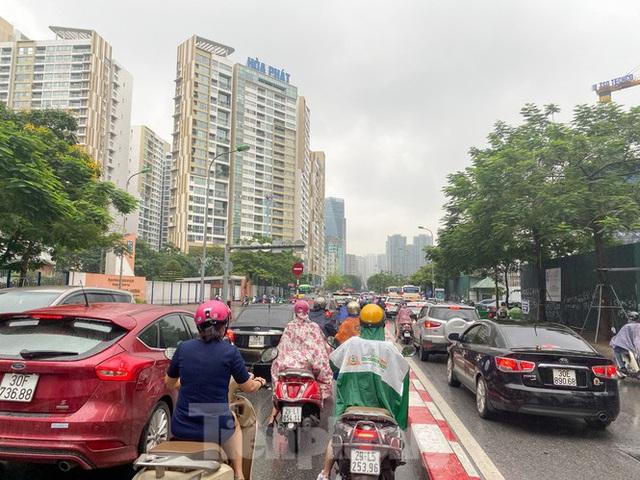 Đầu tuần dân công sở Hà Nội khổ sở vượt mưa gió, ùn tắc kéo dài - Ảnh 11.