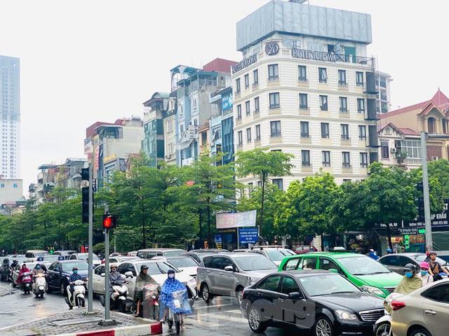 Đầu tuần dân công sở Hà Nội khổ sở vượt mưa gió, ùn tắc kéo dài - Ảnh 12.