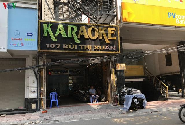 Dịch vụ karaoke mở cửa trở lại, cuối tuần vẫn ế ẩm - Ảnh 3.