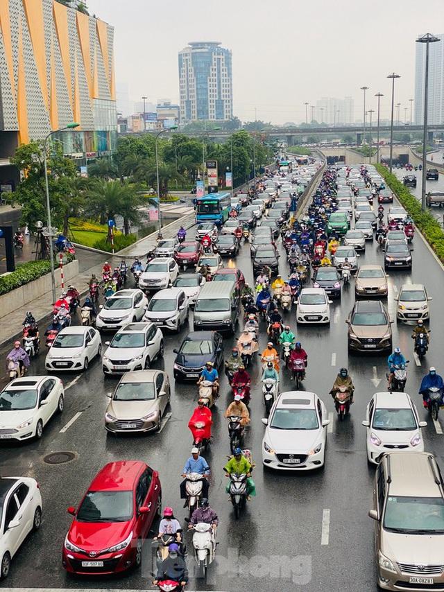 Đầu tuần dân công sở Hà Nội khổ sở vượt mưa gió, ùn tắc kéo dài - Ảnh 3.