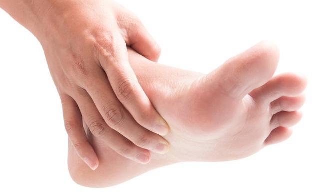 Móng chân chuyển màu đen có thể là nốt ruồi lành tính nhưng nhiều khi cũng là dấu hiệu của các bệnh, bao gồm cả ung thư - Ảnh 4.