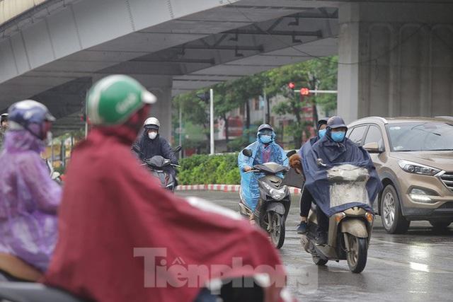 Đầu tuần dân công sở Hà Nội khổ sở vượt mưa gió, ùn tắc kéo dài - Ảnh 4.