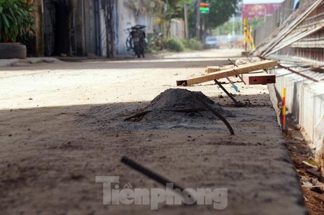 Bẫy chông sắt trên đường đê An Dương Vương - Hà Nội - Ảnh 4.