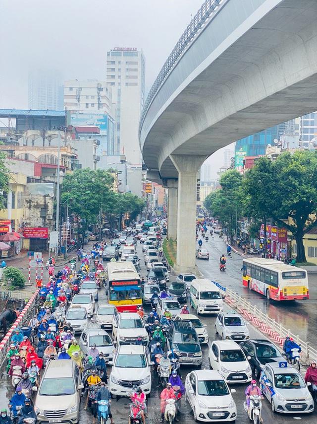 Đầu tuần dân công sở Hà Nội khổ sở vượt mưa gió, ùn tắc kéo dài - Ảnh 5.