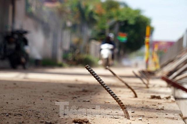 Bẫy chông sắt trên đường đê An Dương Vương - Hà Nội - Ảnh 5.