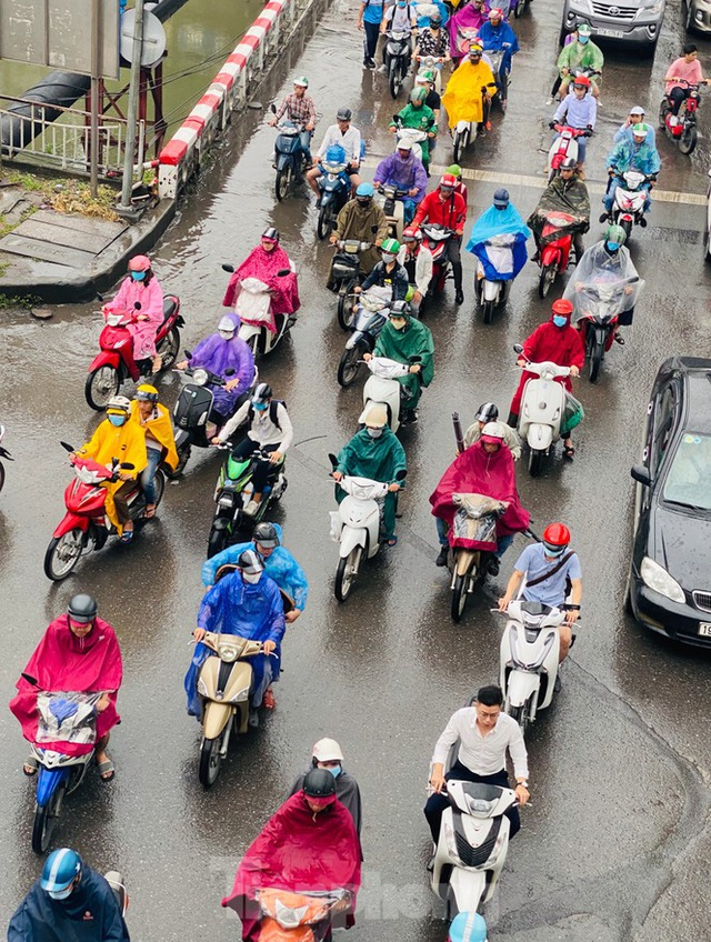 Đầu tuần dân công sở Hà Nội khổ sở vượt mưa gió, ùn tắc kéo dài - Ảnh 6.