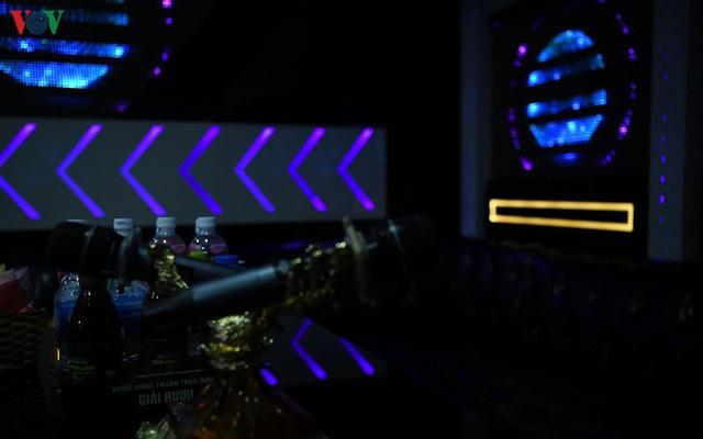 Dịch vụ karaoke mở cửa trở lại, cuối tuần vẫn ế ẩm - Ảnh 7.