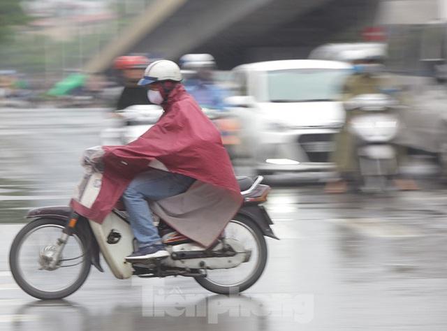 Đầu tuần dân công sở Hà Nội khổ sở vượt mưa gió, ùn tắc kéo dài - Ảnh 7.