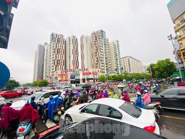 Đầu tuần dân công sở Hà Nội khổ sở vượt mưa gió, ùn tắc kéo dài - Ảnh 8.