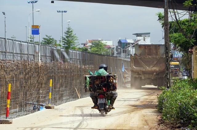Bẫy chông sắt trên đường đê An Dương Vương - Hà Nội - Ảnh 8.