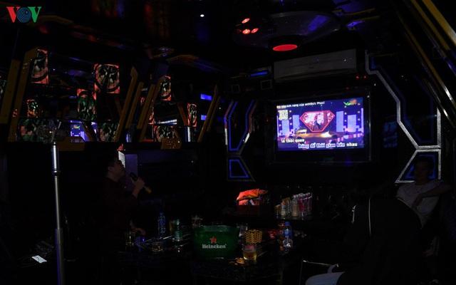 Dịch vụ karaoke mở cửa trở lại, cuối tuần vẫn ế ẩm - Ảnh 9.