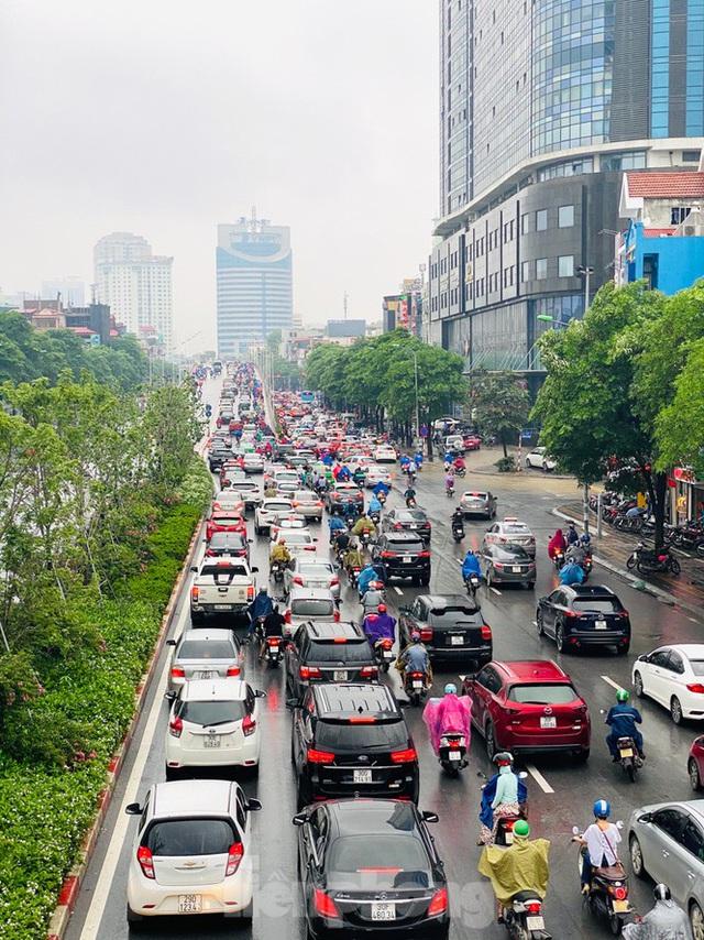 Đầu tuần dân công sở Hà Nội khổ sở vượt mưa gió, ùn tắc kéo dài - Ảnh 9.