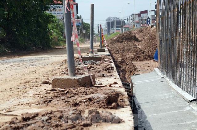 Bẫy chông sắt trên đường đê An Dương Vương - Hà Nội - Ảnh 9.