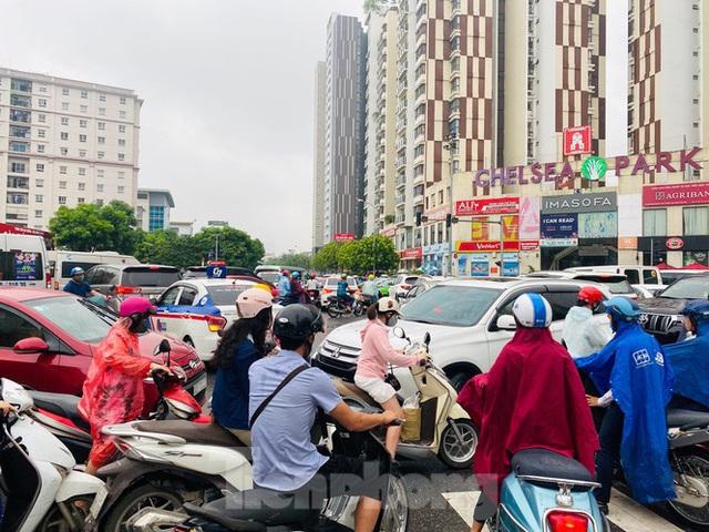 Đầu tuần dân công sở Hà Nội khổ sở vượt mưa gió, ùn tắc kéo dài - Ảnh 10.