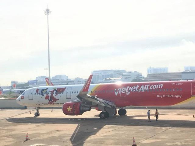 Máy bay trượt khỏi đường băng Tân Sơn Nhất: Vietjet lên tiếng xin lỗi  - Ảnh 1.
