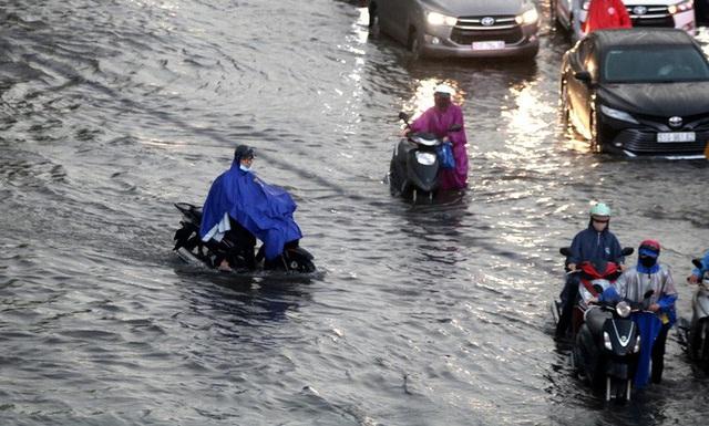 Vạn người đang bất lực trong kẹt xe, ngập nước cửa ngõ phía Đông TP HCM  - Ảnh 2.