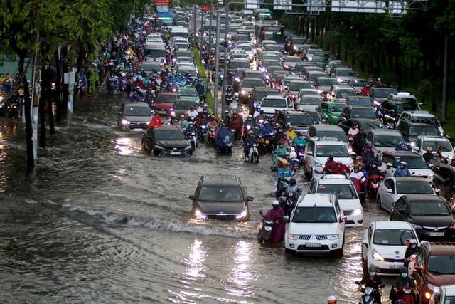 Vạn người đang bất lực trong kẹt xe, ngập nước cửa ngõ phía Đông TP HCM  - Ảnh 3.