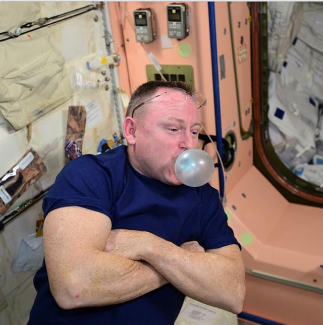Cuộc sống khác thường của các phi hành gia trên trạm vũ trụ ISS - Ảnh 1.