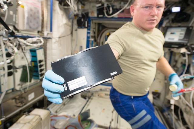 Cuộc sống khác thường của các phi hành gia trên trạm vũ trụ ISS - Ảnh 11.
