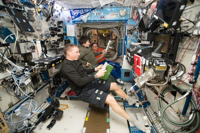 Cuộc sống khác thường của các phi hành gia trên trạm vũ trụ ISS - Ảnh 12.