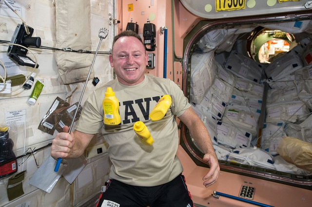 Cuộc sống khác thường của các phi hành gia trên trạm vũ trụ ISS - Ảnh 13.