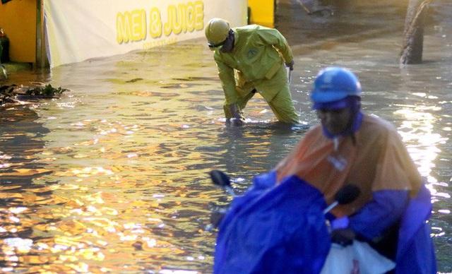 Vạn người đang bất lực trong kẹt xe, ngập nước cửa ngõ phía Đông TP HCM  - Ảnh 15.