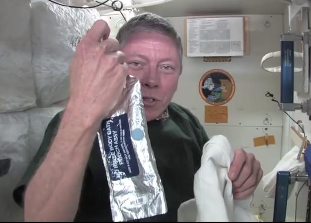Cuộc sống khác thường của các phi hành gia trên trạm vũ trụ ISS - Ảnh 14.