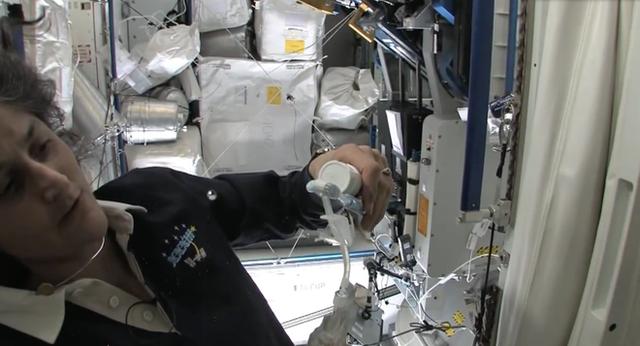 Cuộc sống khác thường của các phi hành gia trên trạm vũ trụ ISS - Ảnh 16.