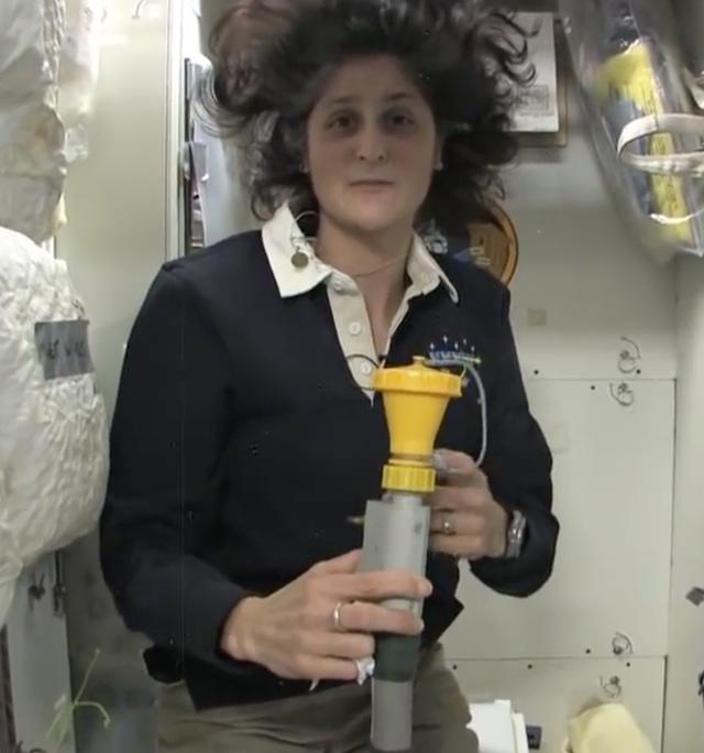 Cuộc sống khác thường của các phi hành gia trên trạm vũ trụ ISS - Ảnh 18.
