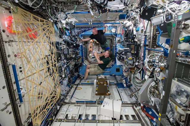 Cuộc sống khác thường của các phi hành gia trên trạm vũ trụ ISS - Ảnh 7.