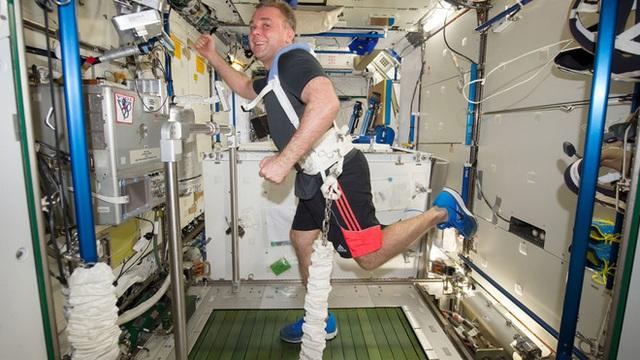 Cuộc sống khác thường của các phi hành gia trên trạm vũ trụ ISS - Ảnh 8.