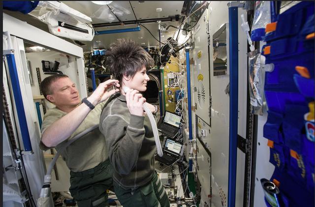 Cuộc sống khác thường của các phi hành gia trên trạm vũ trụ ISS - Ảnh 9.