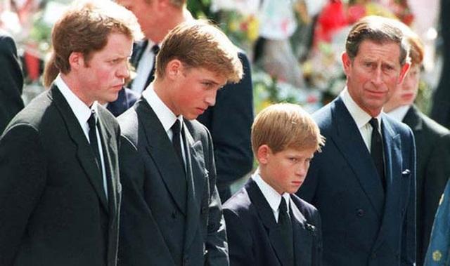 Giây phút cuối đời của Công nương Diana sau khi gặp nạn và phản ứng đầu tiên của Thái tử Charles trước tin dữ của vợ cũ - Ảnh 3.