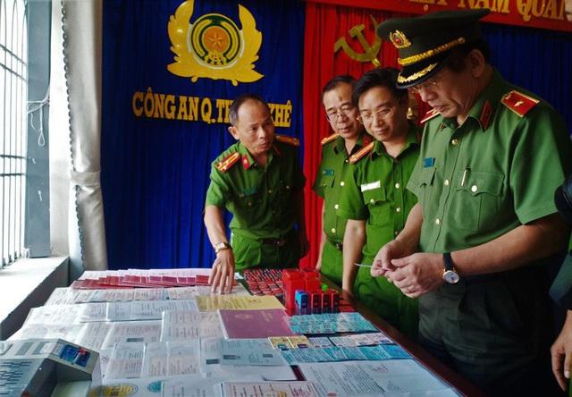 Đà Nẵng: Triệt phá đường dây làm giả hàng trăm thẻ ngành Công an, thẻ nhà báo  - Ảnh 3.